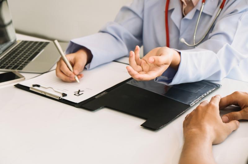 medico che redige cartella sanitaria