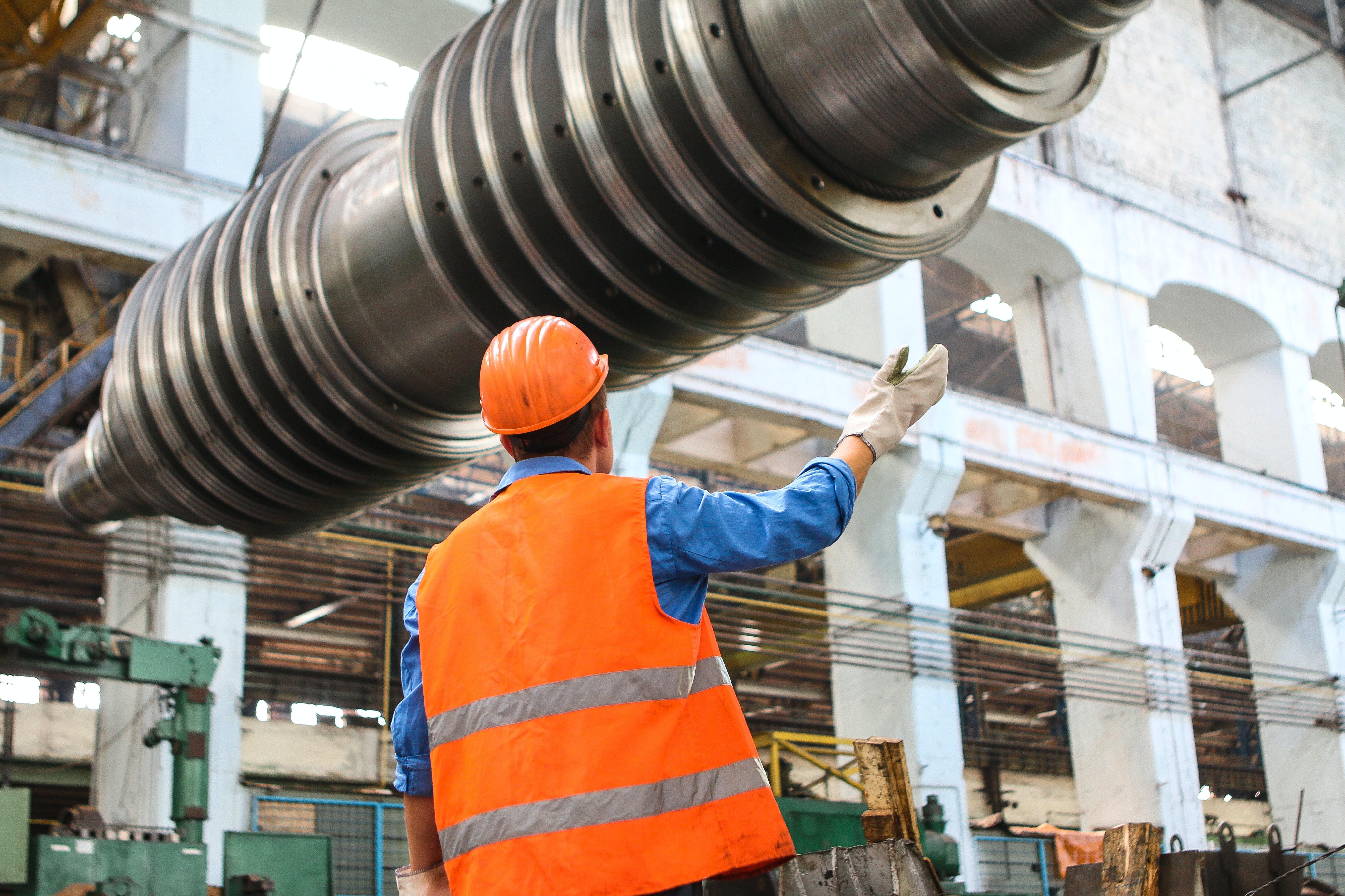 Lavoratore in tenuta da lavoro con dispositivi di sicurezza e protezione